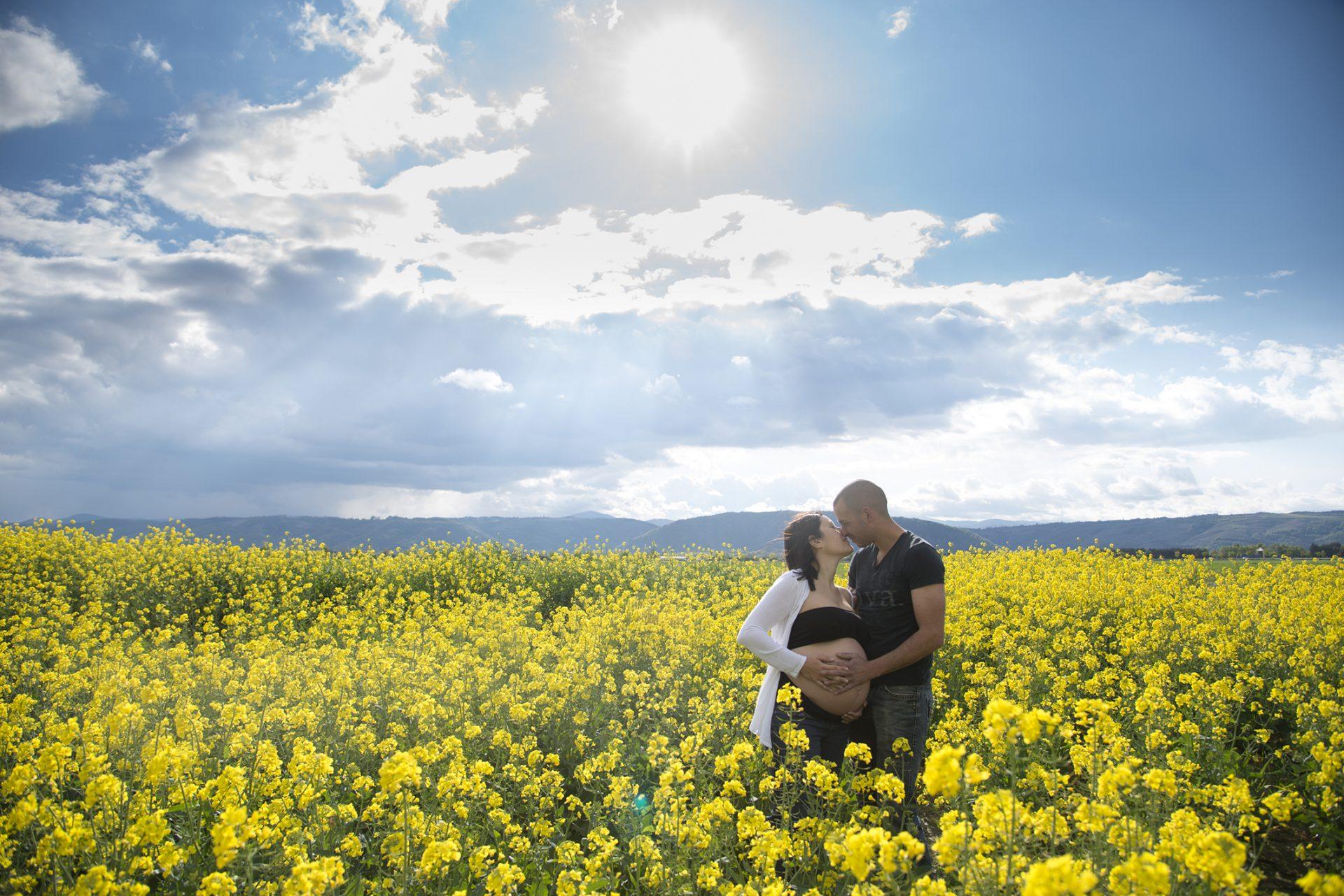 couple dans champs de colza vallée du rhone