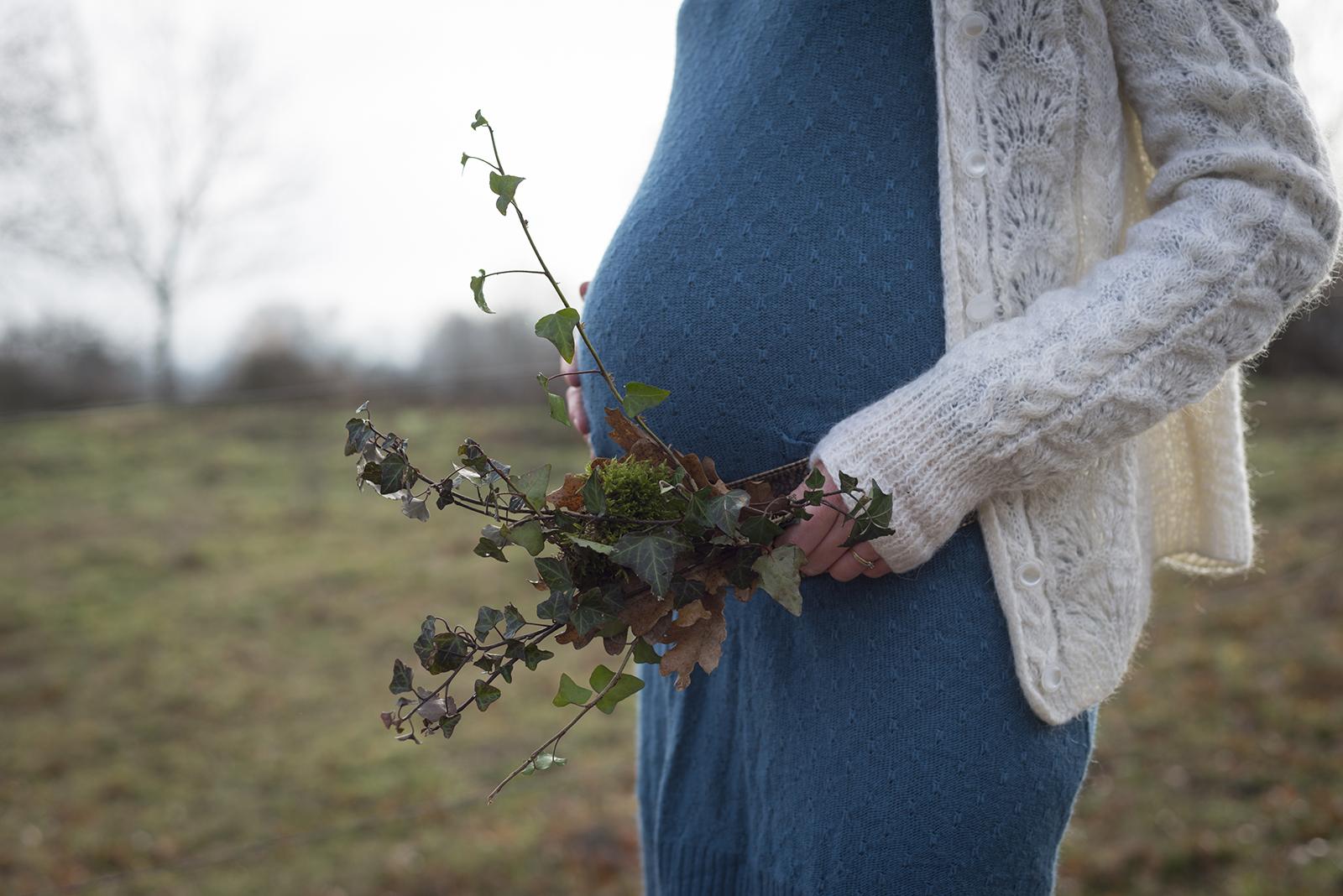 ventre de femme enceinte lierre