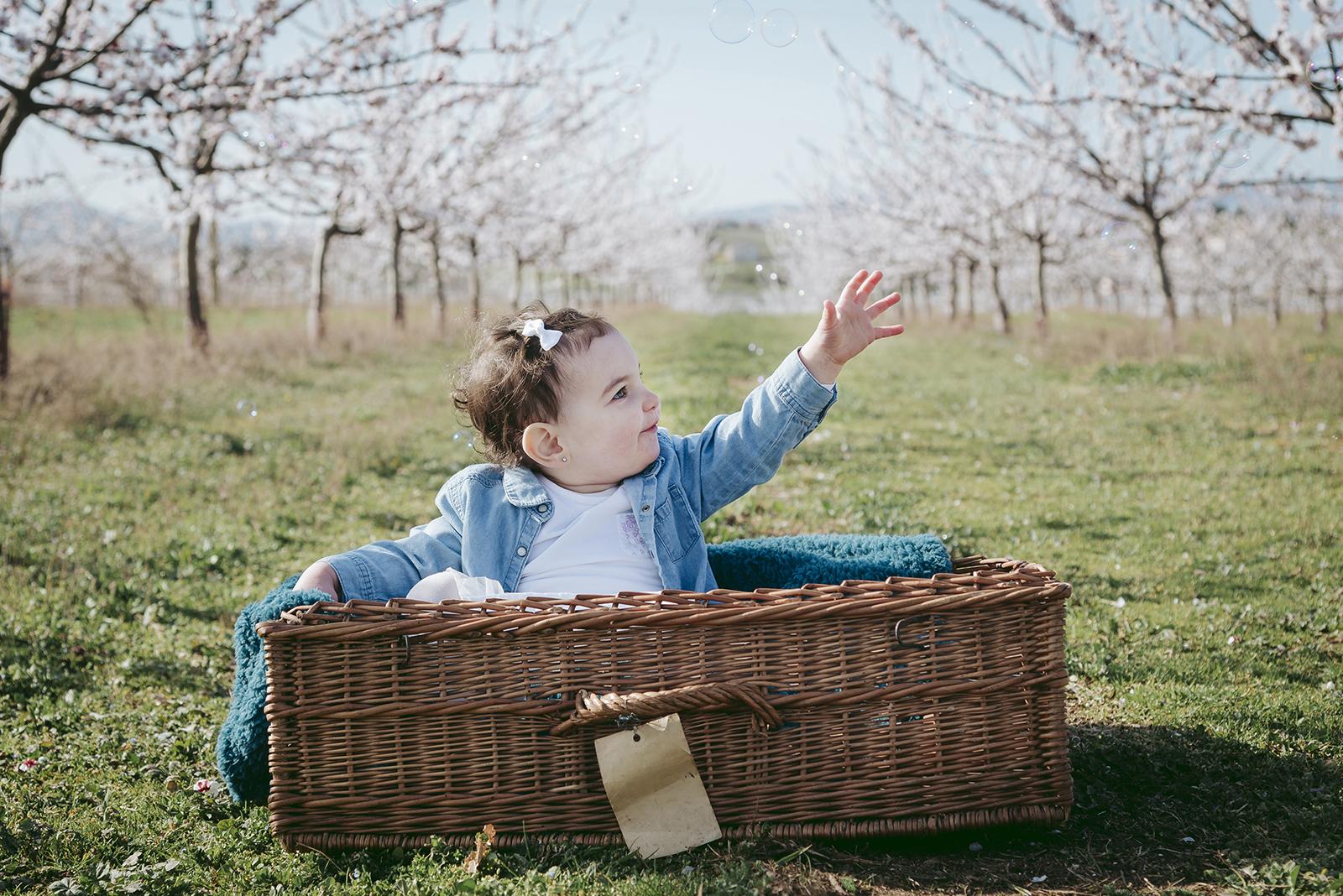 Petite fille au printemps