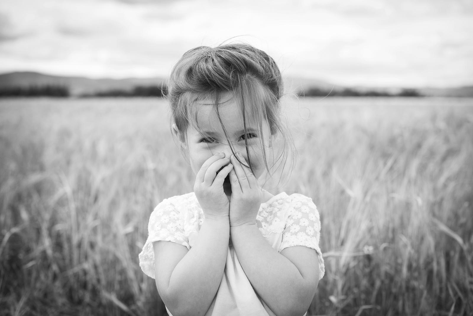 petite fille en été noir et blanc