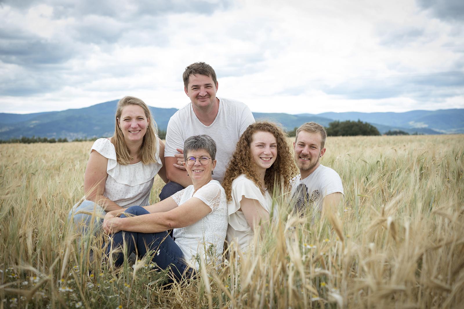Famille adultes champs de blé