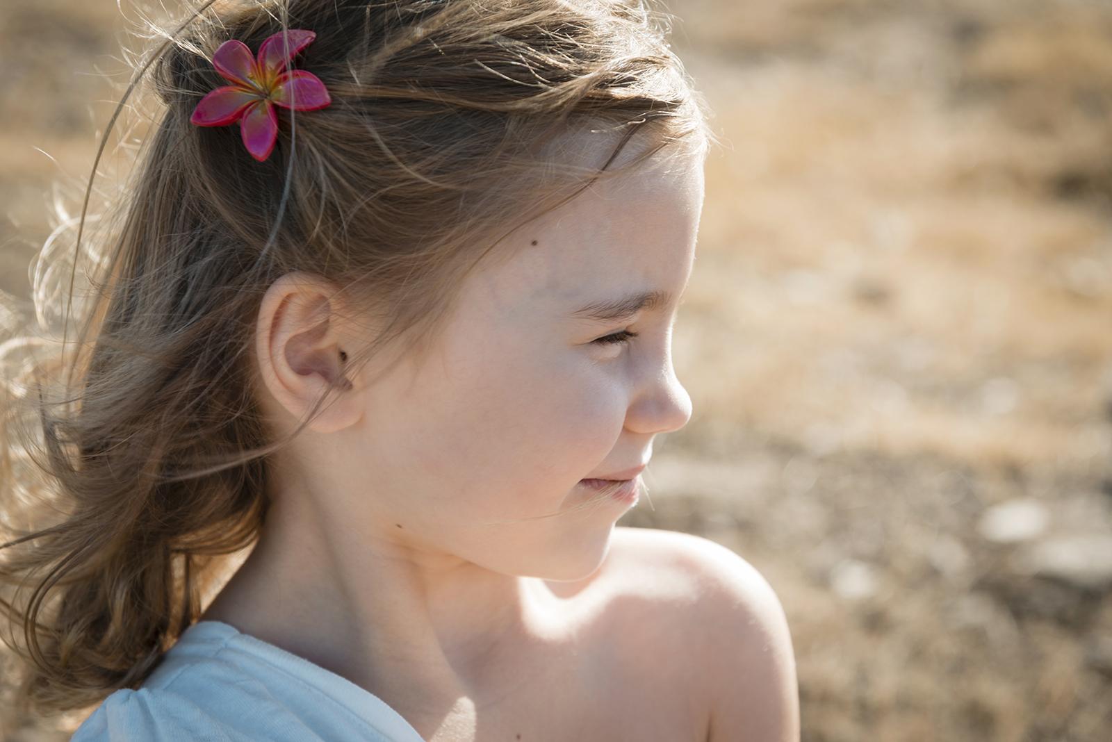 petite fille en été vent dans les cheveux