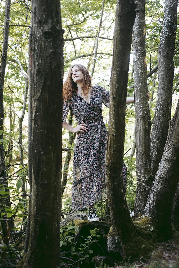 jeune femme rousse dans la foret
