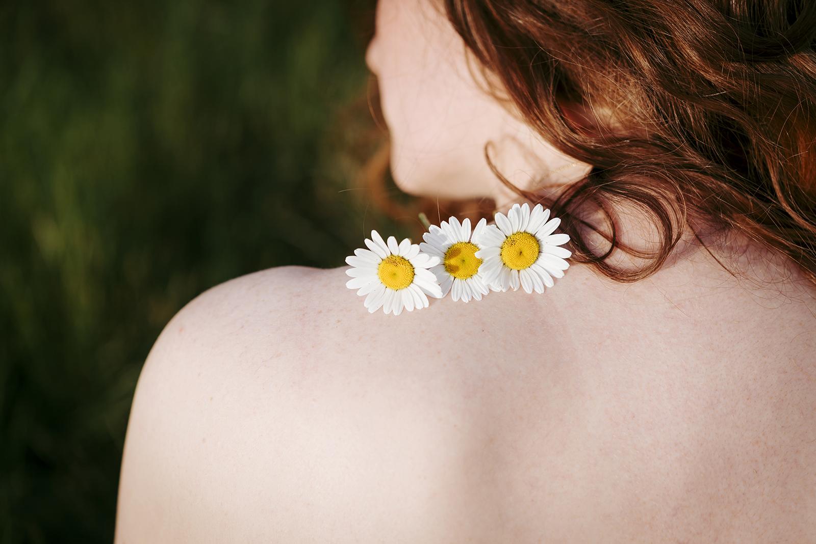 fleur epaule de femme nue