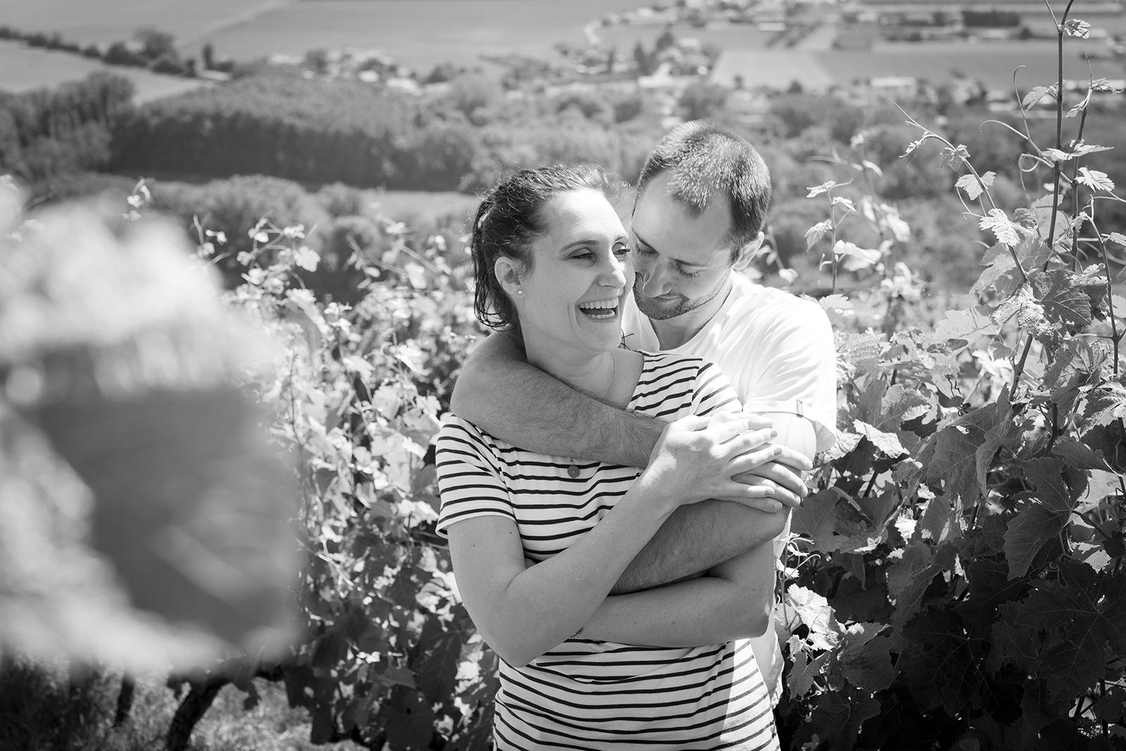 couple qui rit dans les vignes noir et blanc