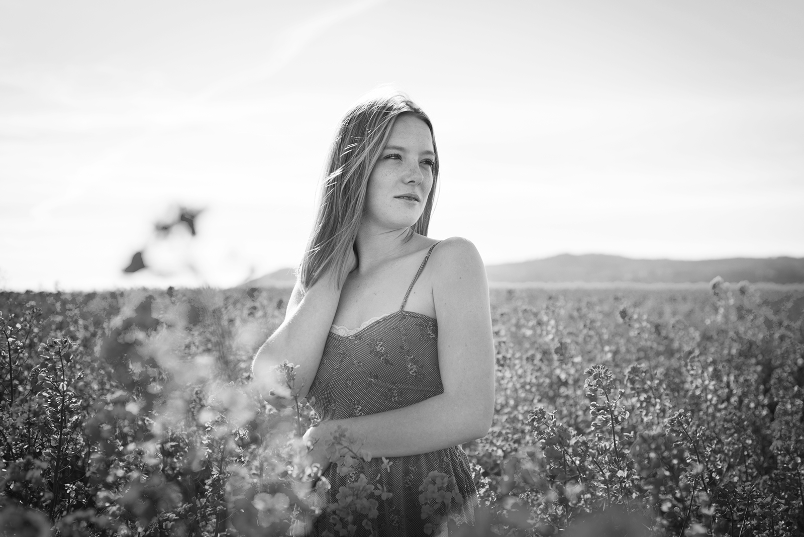 jeune femme dans un champs de colza noir et blanc