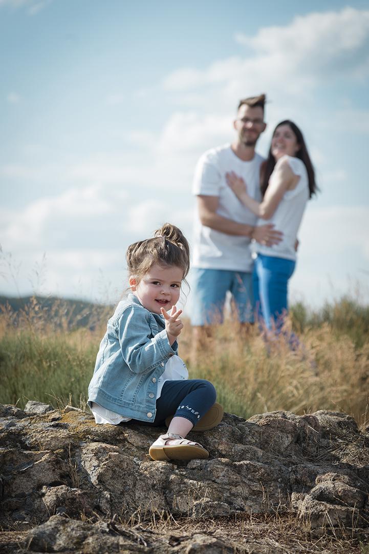 petite fille et ses parents