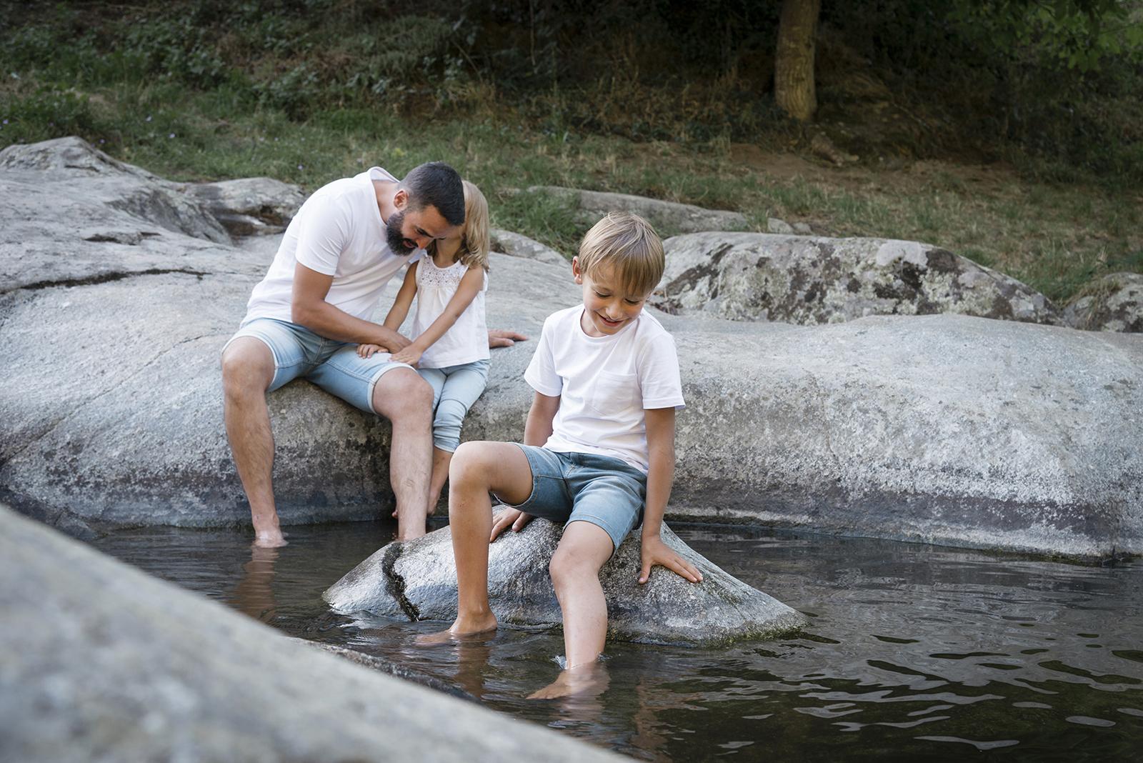 papa et ses enfants à la rivières