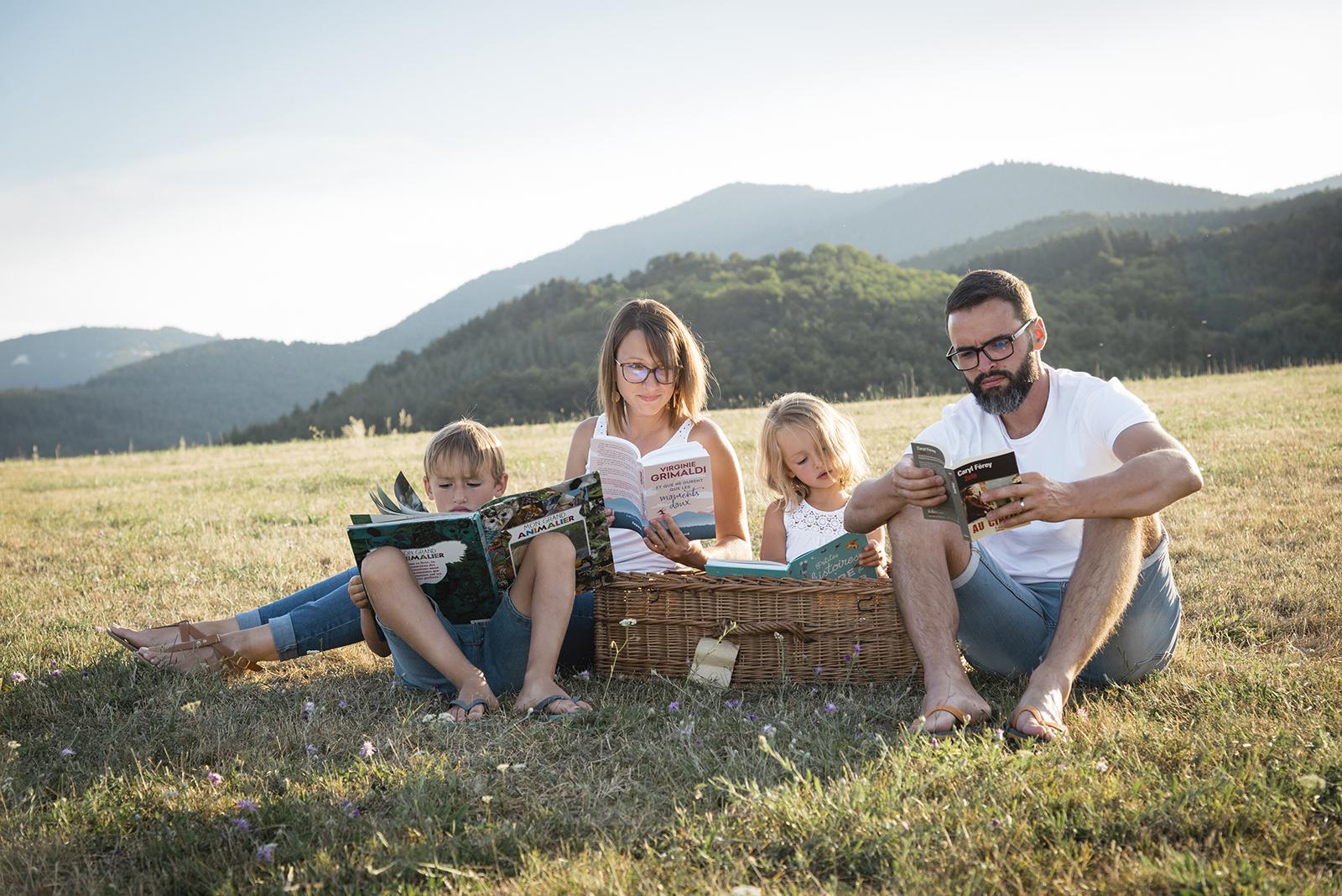 Famille qui fait la lecture