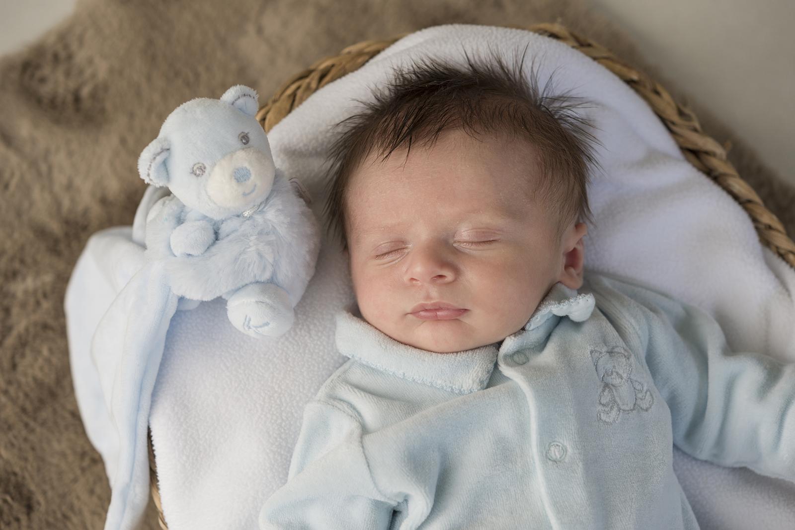 bébé endormi et son doudou