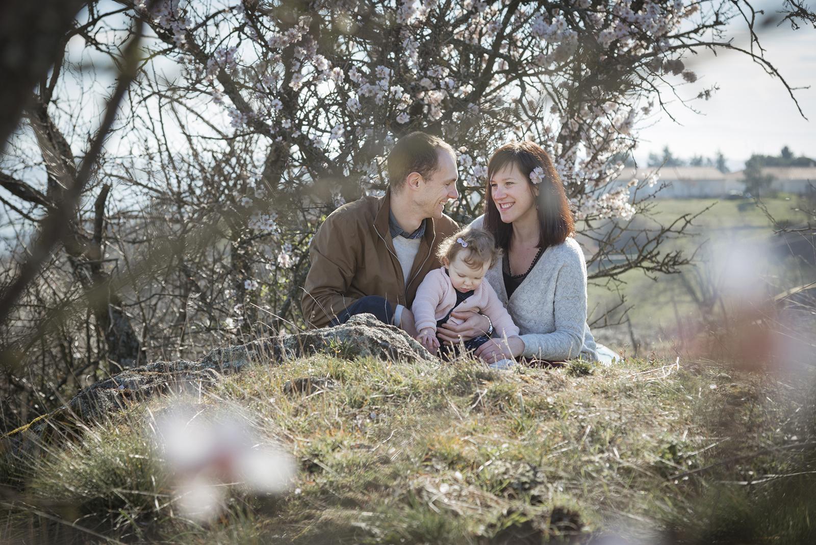 famille dans les fleurs d'amandiers