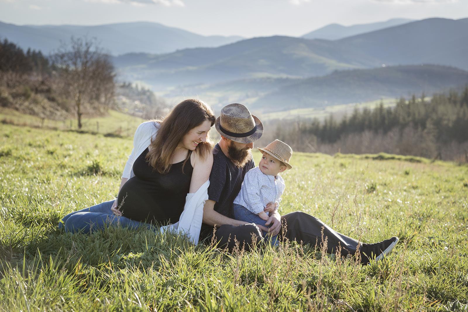 femme enceinte avec papa et grand frère