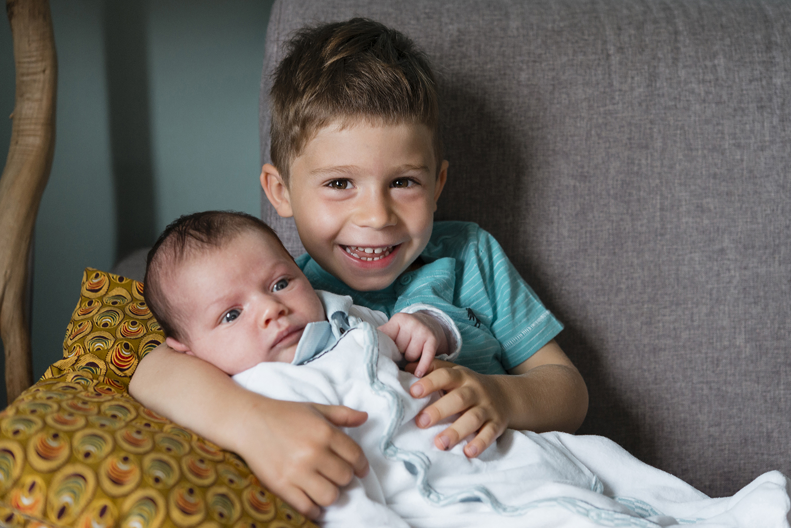 bébé avec grand frère