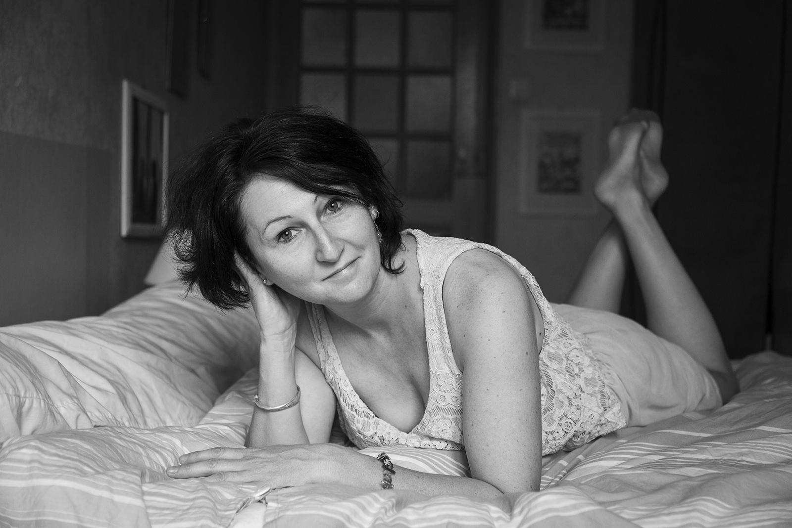 jeunes femme couchée sur son lit