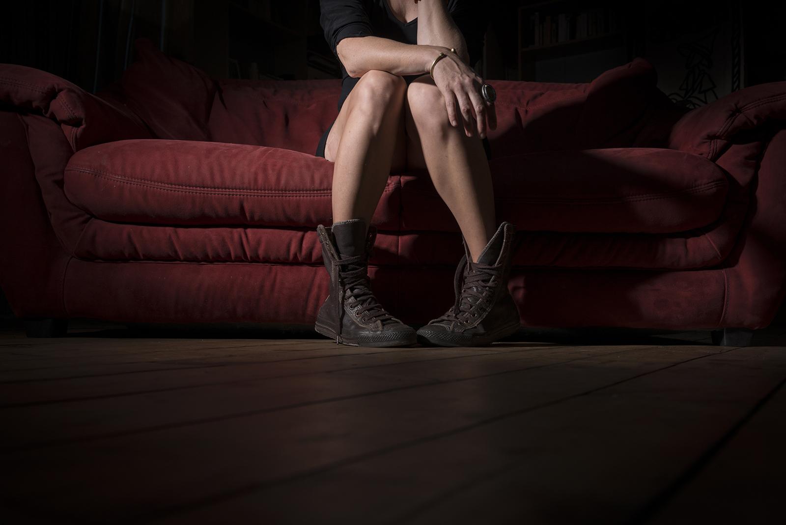 jambes de femme et canapé rouge rock