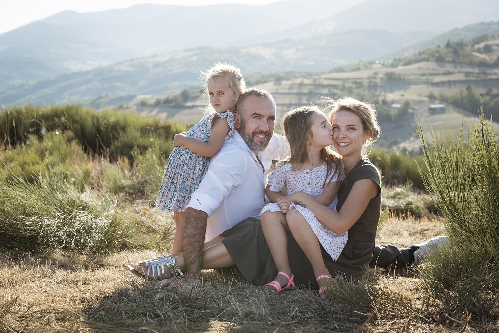 Famille avec 2 fillettes en été