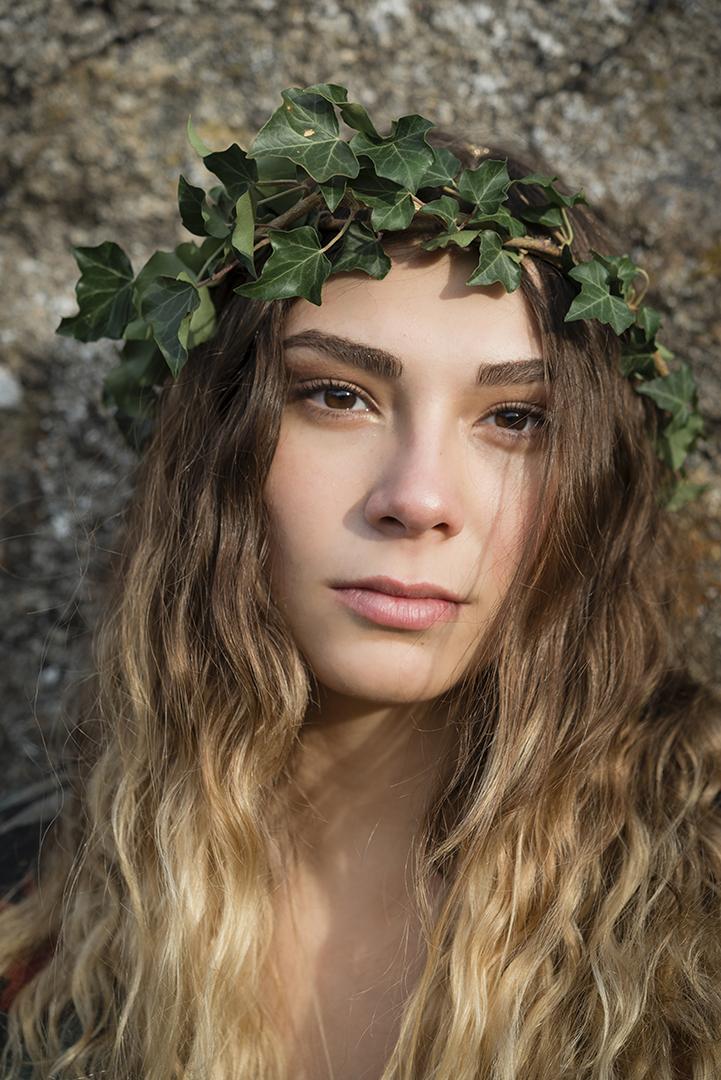 jeune femme couronne de lierre