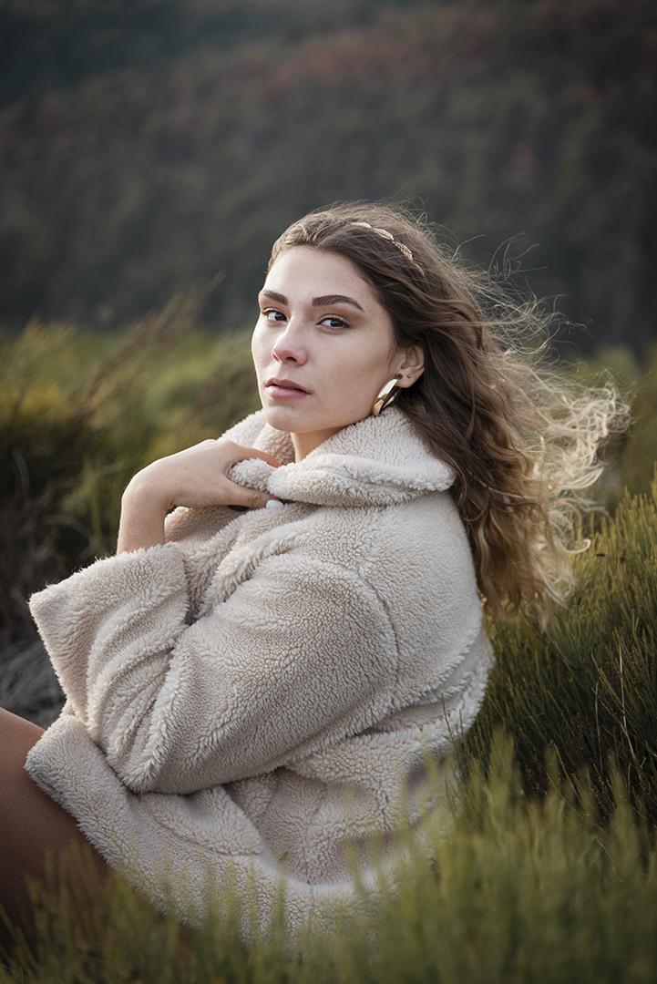 jeune femme veste cheveux au vent