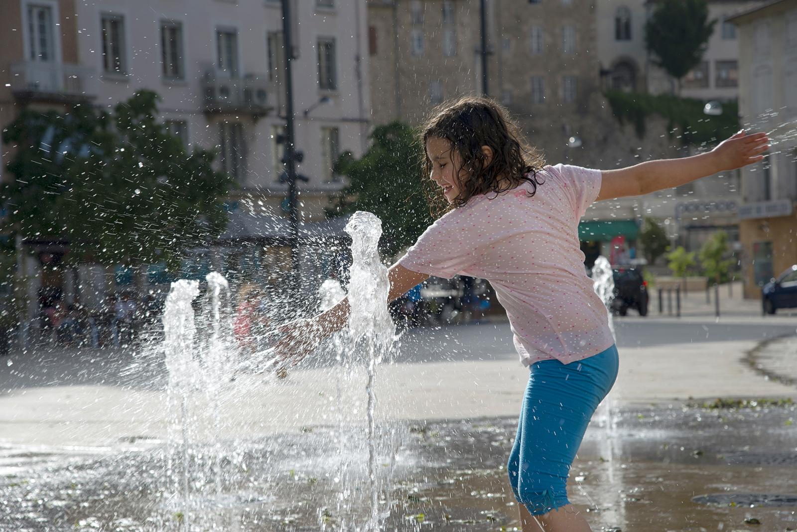 enfant qui joue dans la fontaine, mise en valeur de territoire