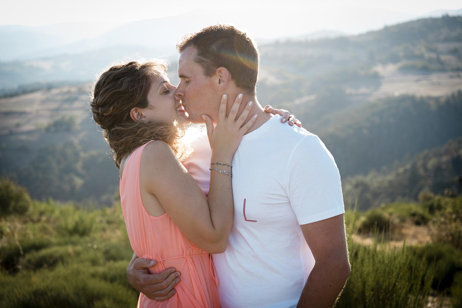couple qui s'embrasse dans le vent