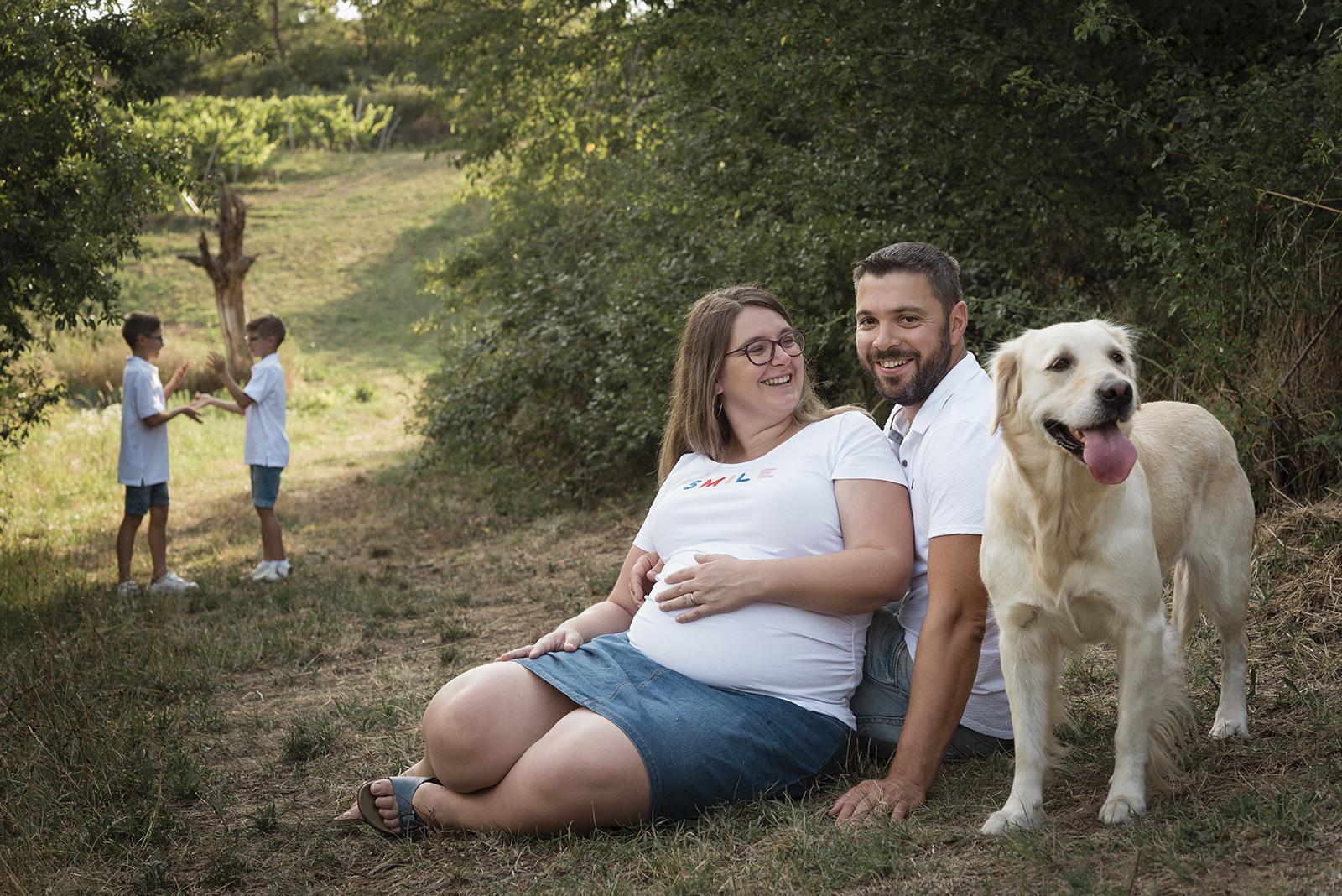 en attendnat bébé en famille avec le chien