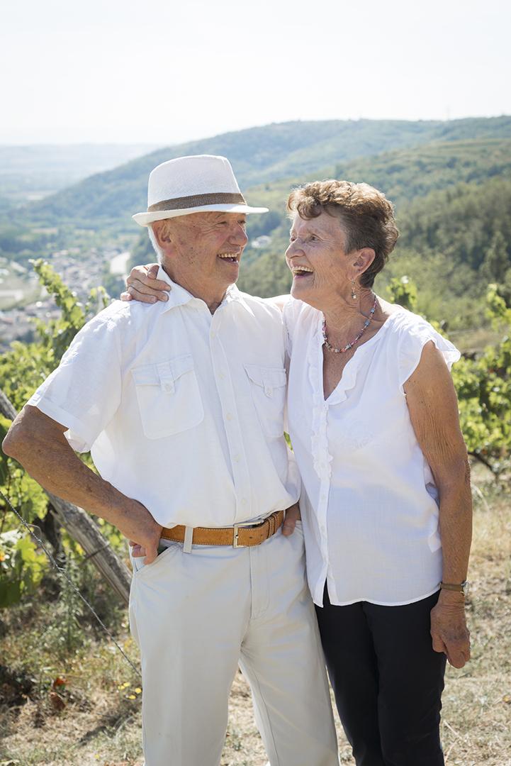 couple de seniors qui rit dans les vignes