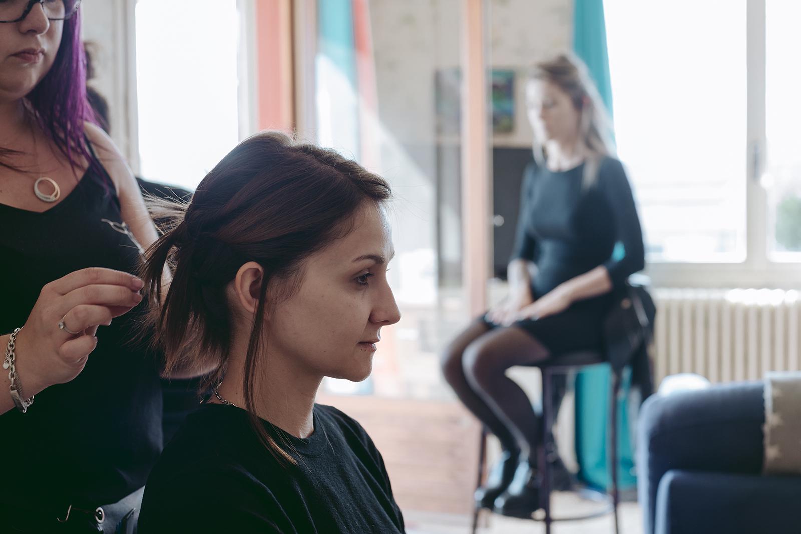 photo de backstage coiffure préparation shooting