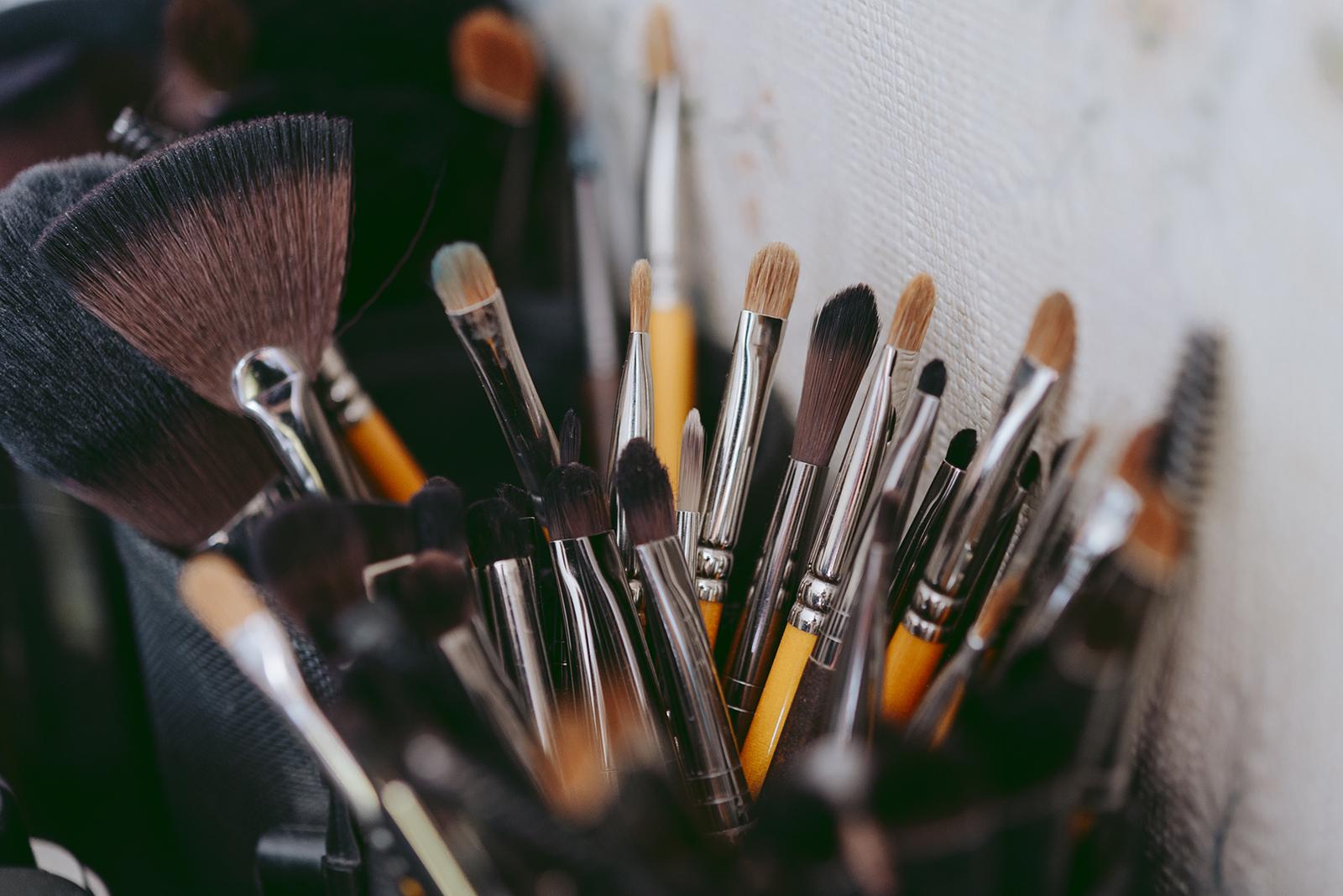 photo de détails sur des pinceau de maquilleuse