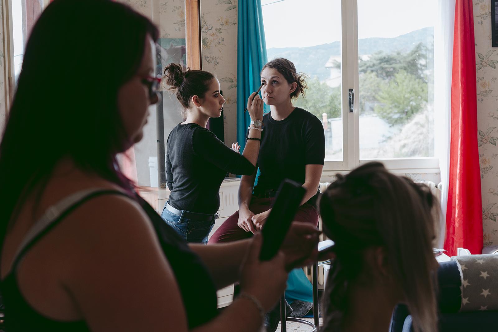 photo de backstage maquillage et coiffure