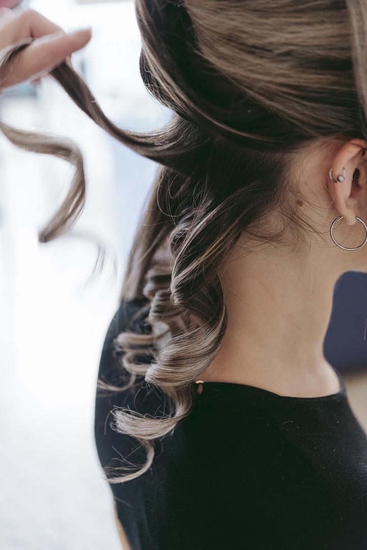 photo de détail cheveux bouclés
