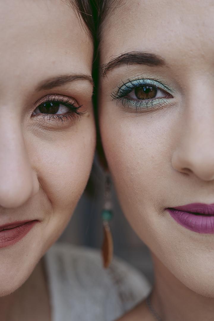 gros plan sur deux demi visages de femmes maquillées