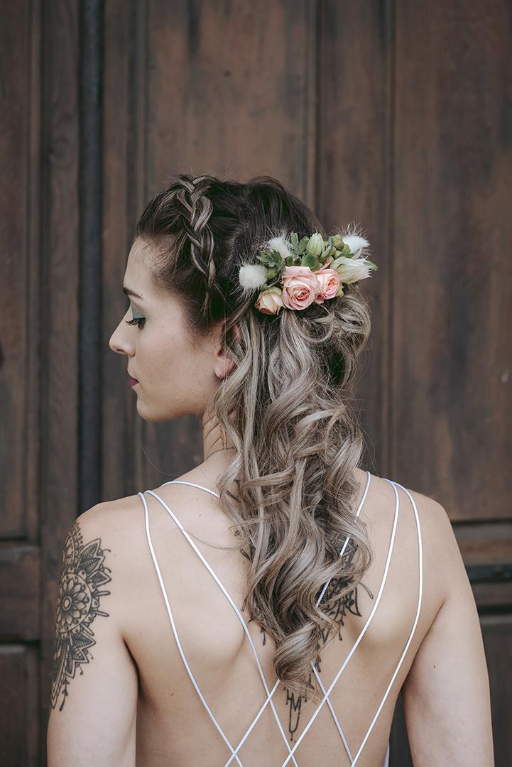 coiffure de mariée blande bouclée fleurs naturelles