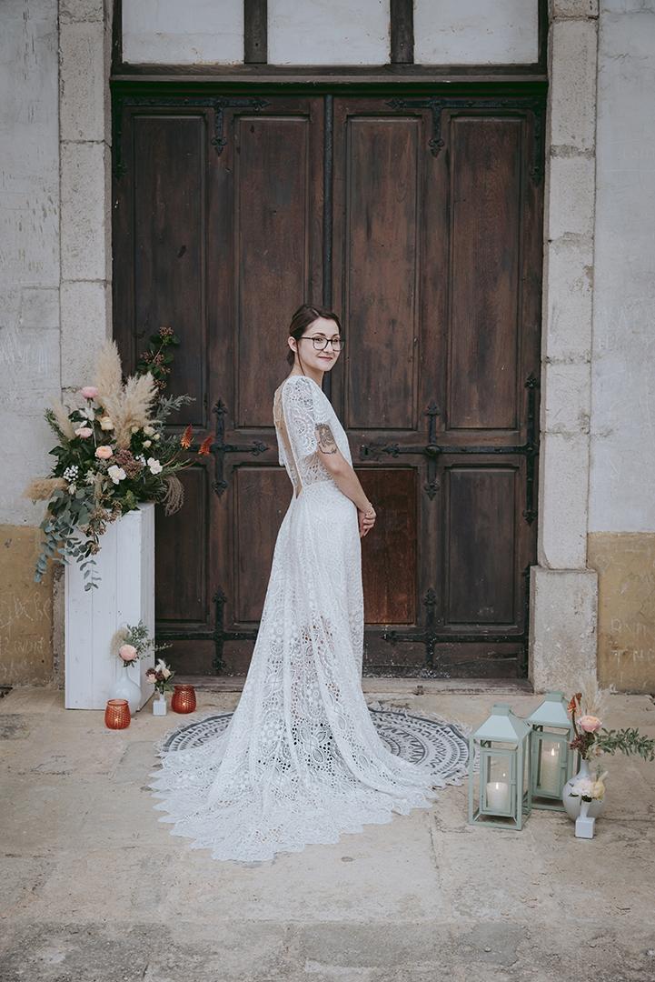 Mariée devant le parvis d'une chapelle gothique