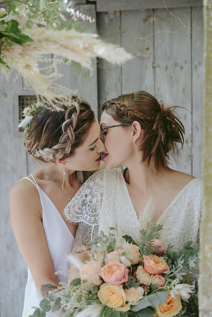 couple de mariée qui s'embrasse