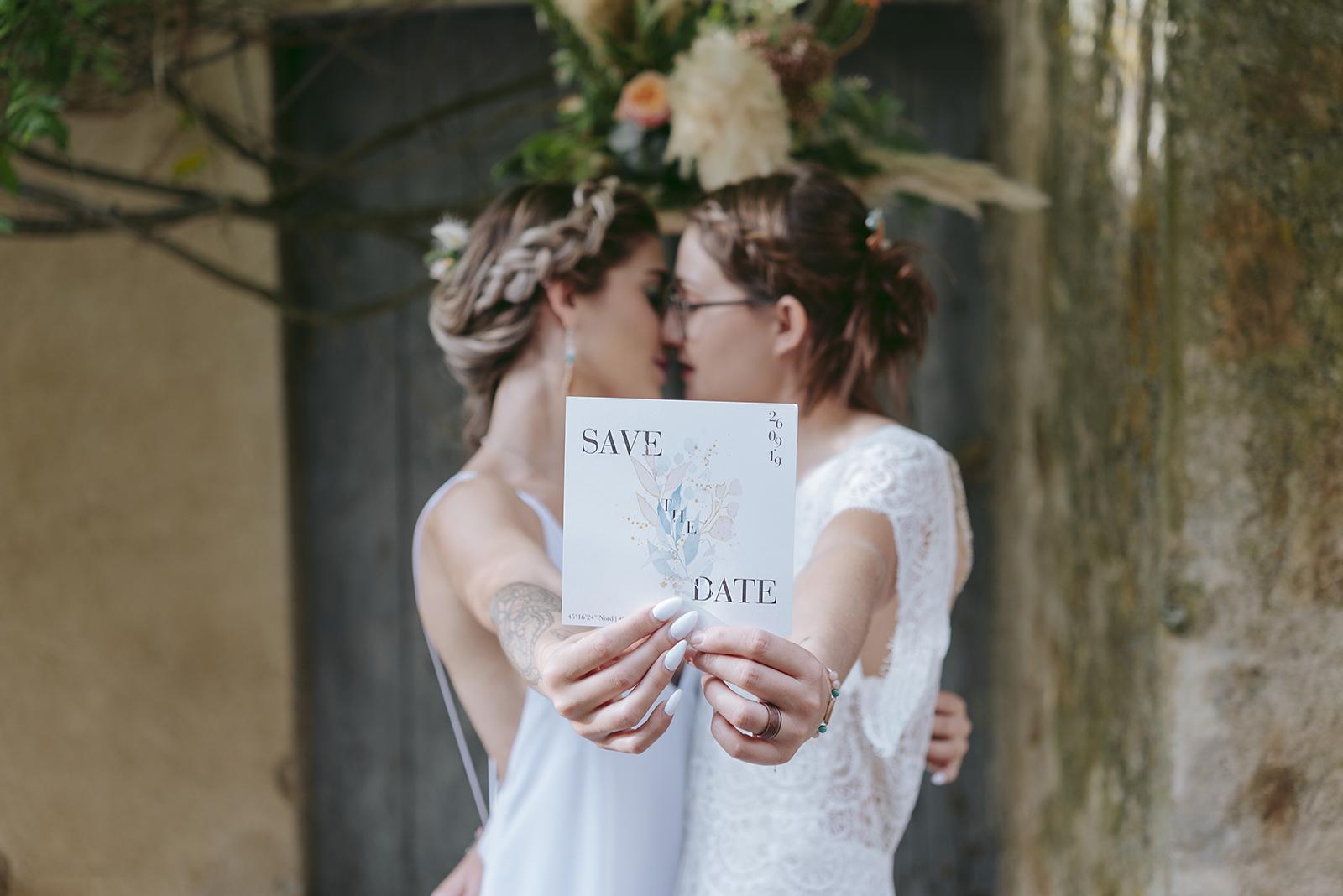 faire part de mariage avec couple flou qui s'embrasse