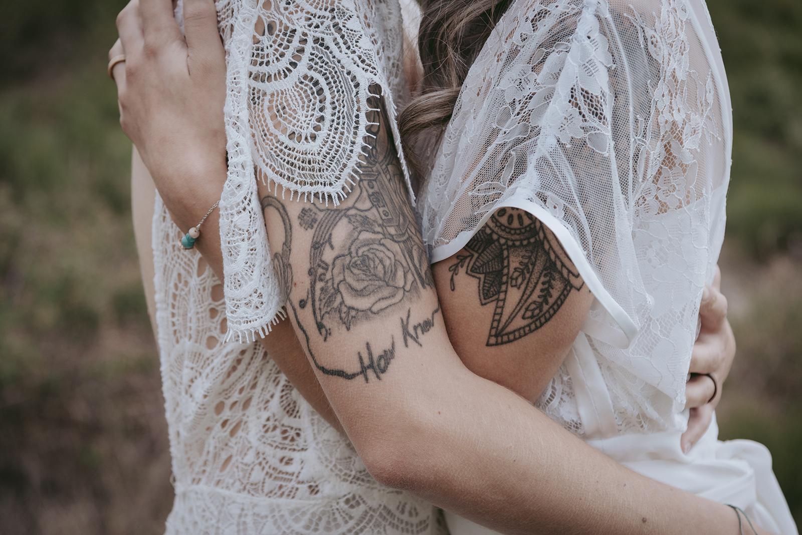 bras de mariées et tatouages avec manche en dentelle