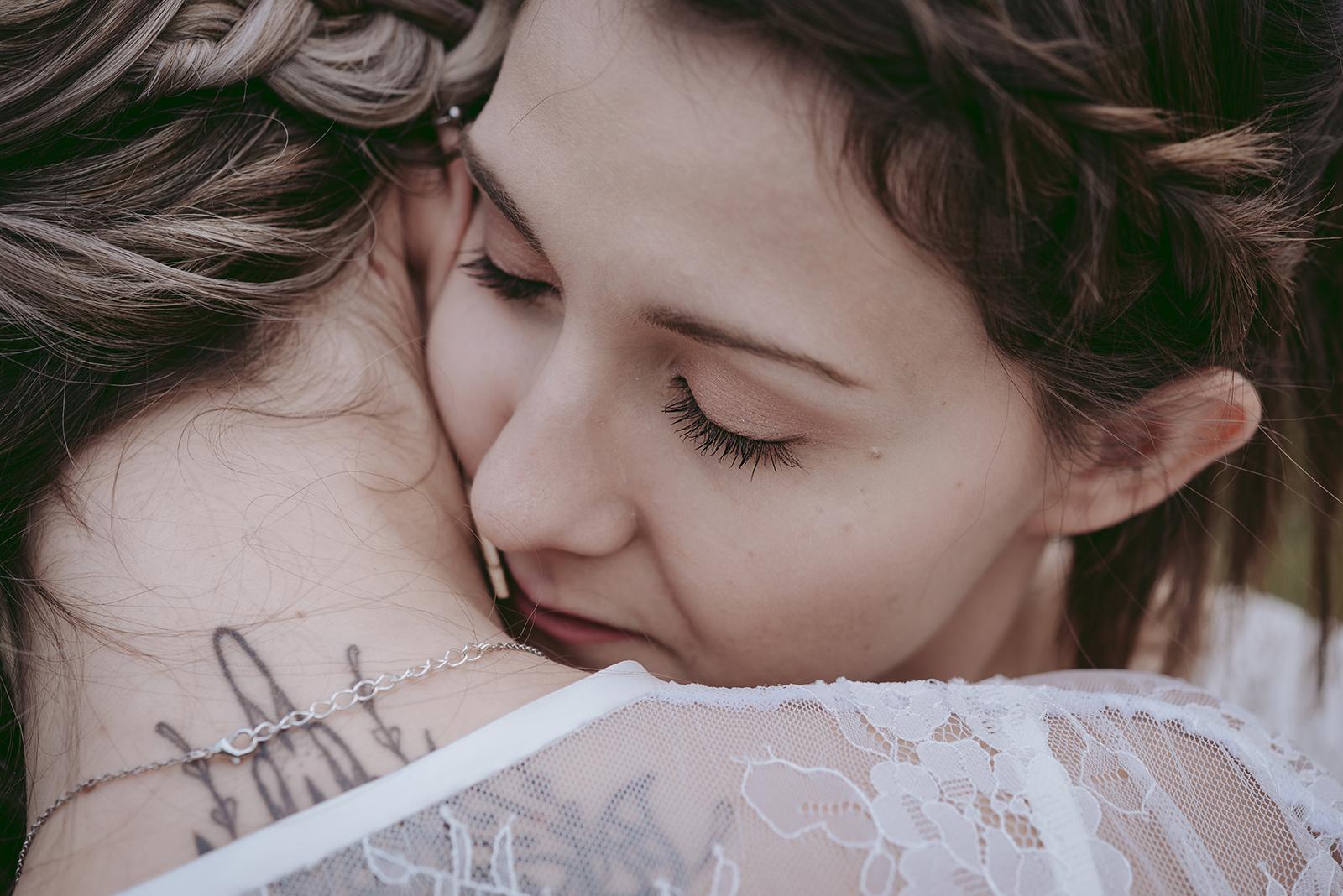 photo de femme bisous dans le cou