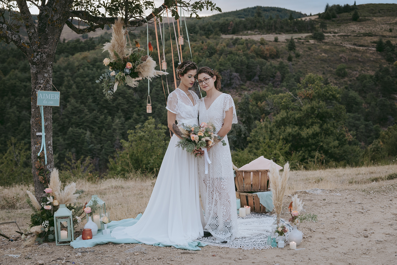 mariées au crepuscule sur fond de paysage montagne et déco pêche et menthe