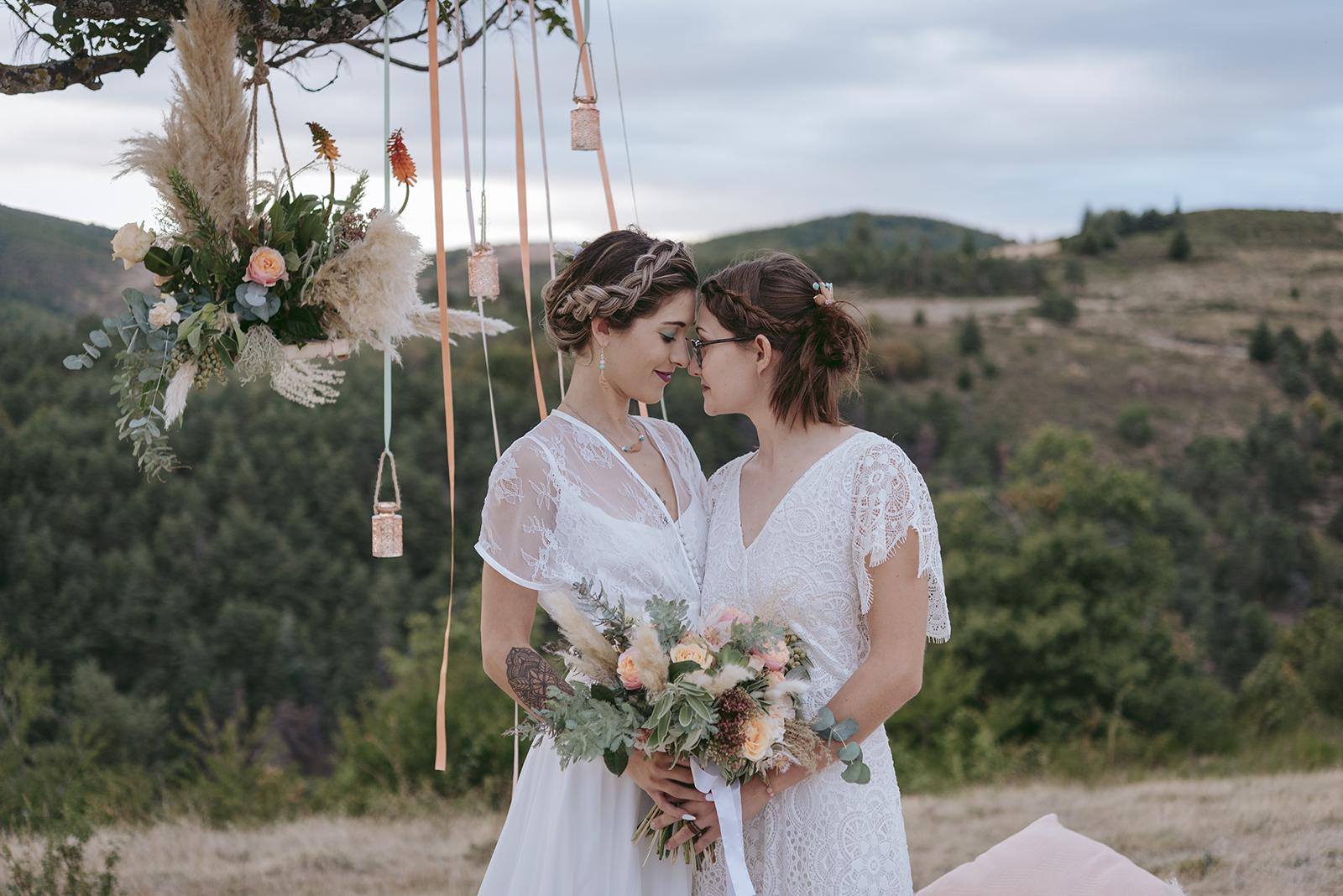 mariées au crepuscule sur fond de paysage montagne déco pêche