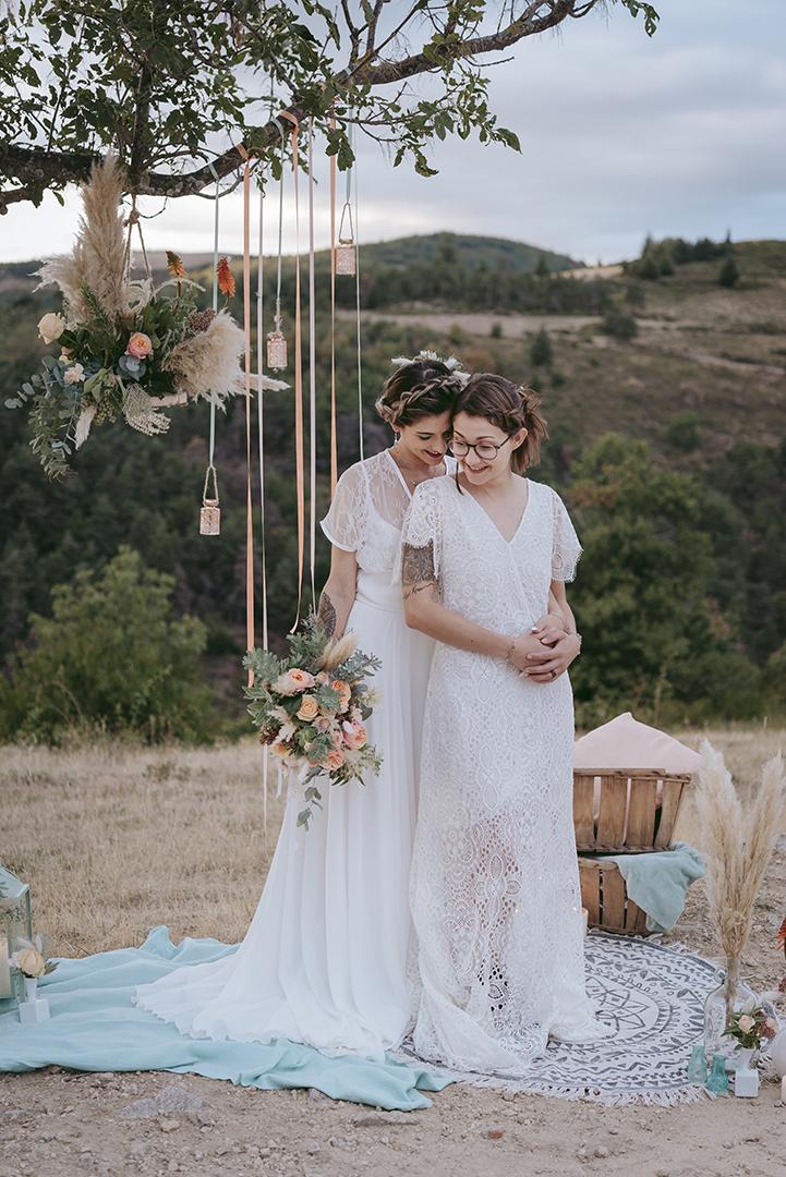 Deux mariées dans une déco pêche et menthe