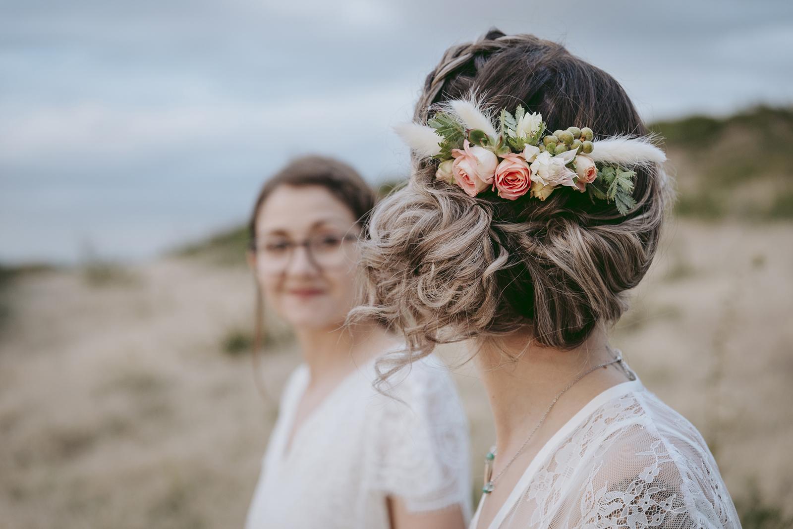 coiffure de mariée fleurs fraiches couleur pêche