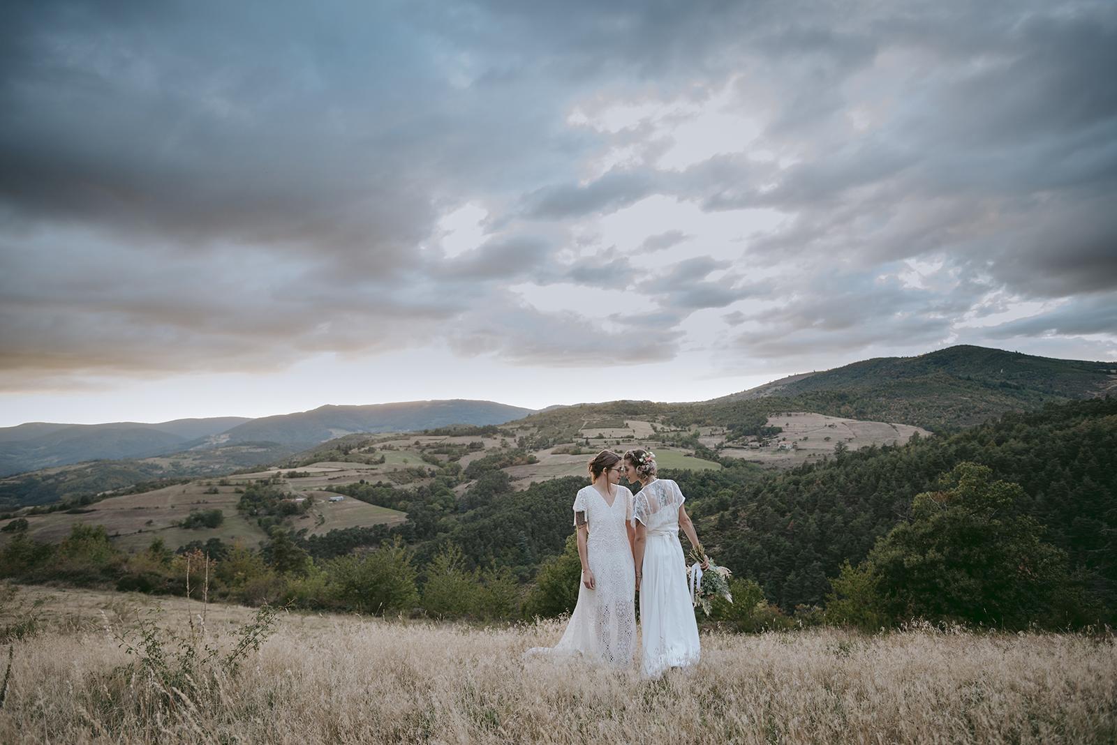 mariées au crepuscule sur fond de paysage montagne