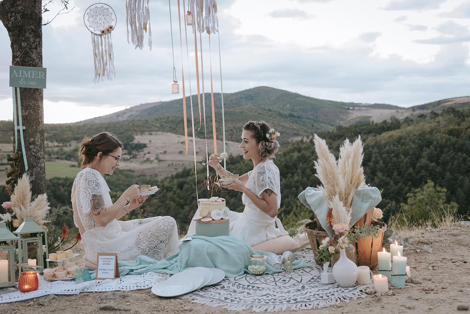 mariée qui mangent le gâteau assisent en plein air couleur pêche et menthe