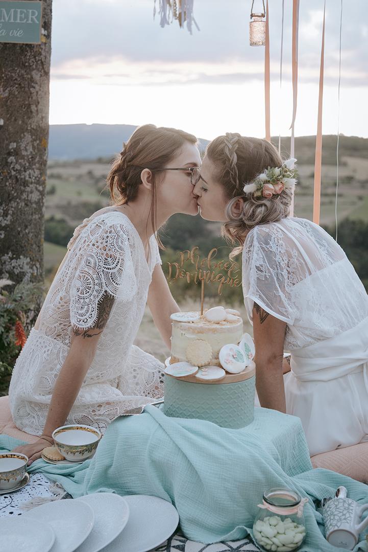 mariée assisent derrière le gâteau
