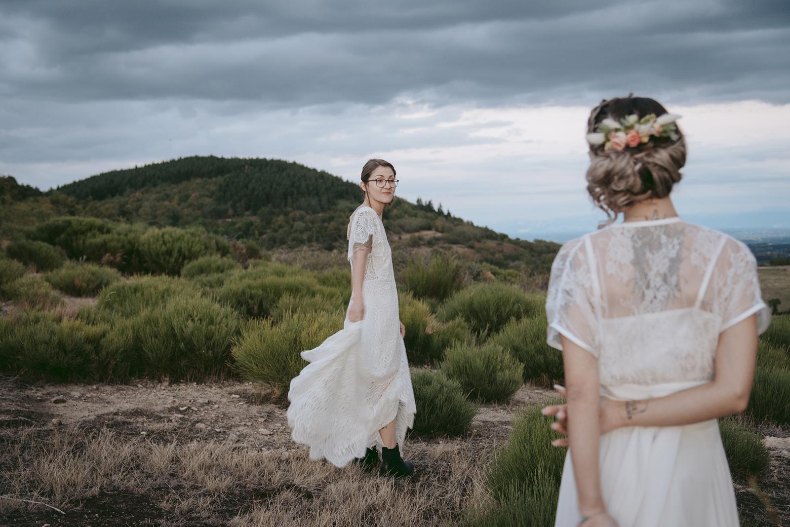 couple de femmes en robe de mariée montagne