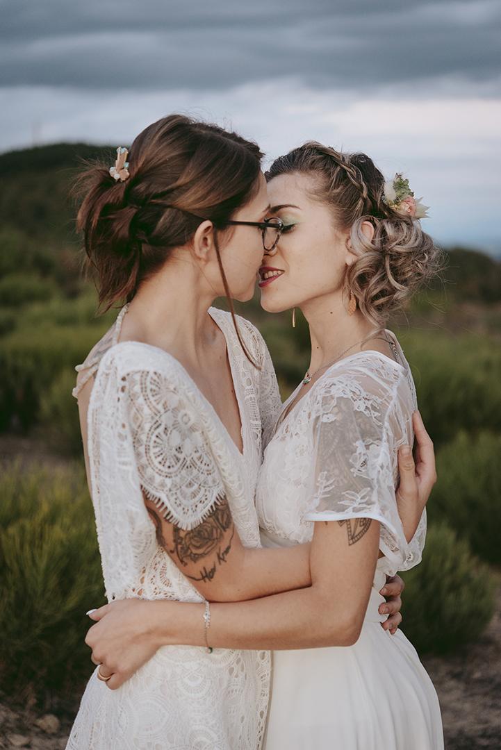 couple de mariée qui s'embrassent