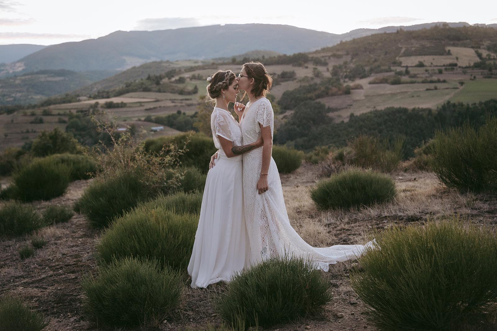 couple de femmes mariées au crepuscule au mont miandon