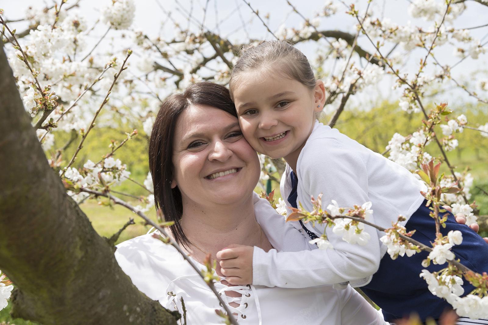 maman et sa fille dans les cerisiers en fleur
