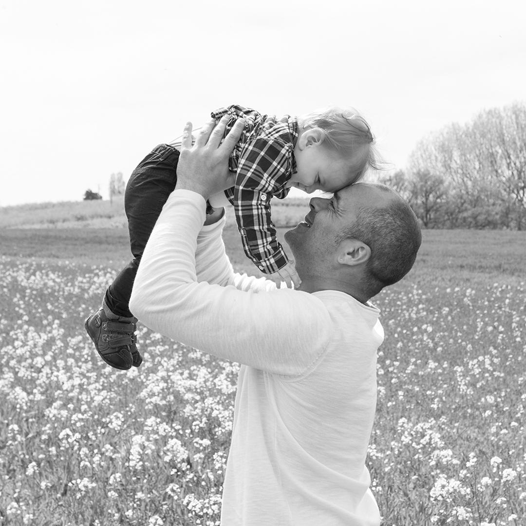 papa et fils photo en noir et blanc