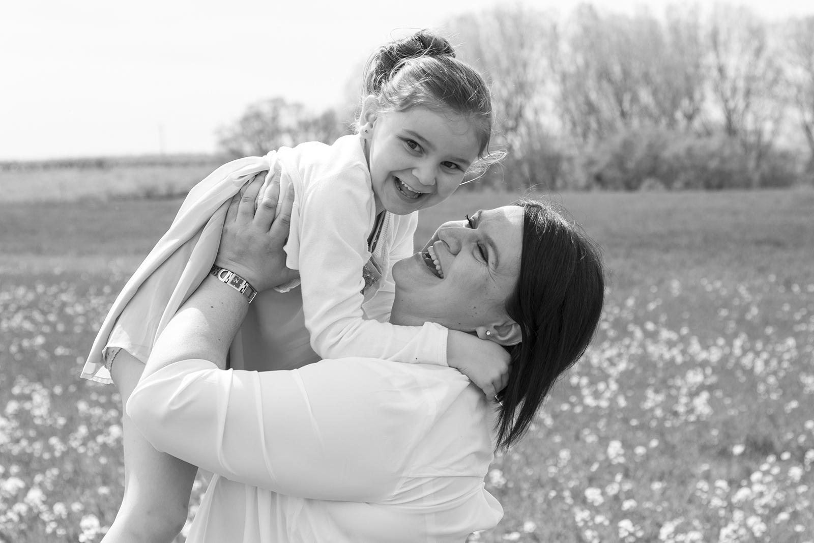 maman et sa fille photo en noir et blanc